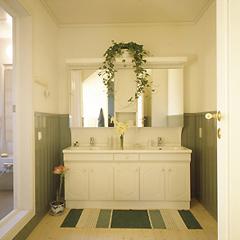 白い扉材が清潔な印象をかもし出すキッチン。面積に余裕をもたせているので、数人で一緒にお料理を楽しむことができます。