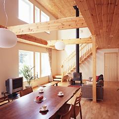 木の香りただようリビングルームには、デンマーク製の暖炉をしつらえました。大きな吹き抜け天井を設けても暖炉ひとつであたたかく過ごせるのは、高気密・高断熱の家ならではのメリットです。