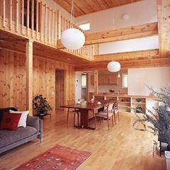リビングの床には明るい色調のパーチ材、壁にはナチュラルな味わいのあるパイン材を使用。木のぬくもりを存分に味わえる空間に仕上げました。