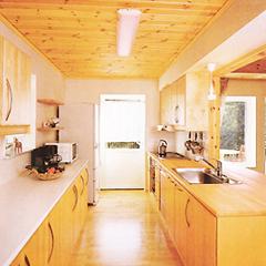 扉材まで天然を使った、味わい深い趣のあるキッチン。ゆったりとした広さを確保しているので、家族や友人と一緒にお料理を楽しむことができます。