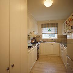 スウェーデン製のシステムキッチン御影石の天井と爽やかな白いキッチンの組み合わせによって、ナチュラルさと重厚さをかもし出しています。