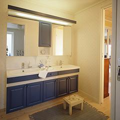 洗礼されたデザインの洗面化粧台。ツインボウルタイプなので、忙しい朝もゆったり使うことができます。落ち着きあるブルーと白でトータルにコーディネートし、清潔感ただよう空間に仕上げました。