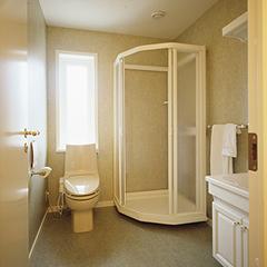 広々と使いやすく設計した、2階のシャワールーム。朝でも夜でも気軽にシャワーを浴びることができます。白を基調にして、空間全体を落ち着いた印象にまとめました。