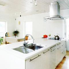 白いシステムキッチンはバリングスロブ社のもの。料理をしながら会話を楽しめるよう、スタイリッシュなキッチンを空間の中心にレイアウトしました。