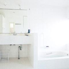 洗練されたデザインの洗面化粧台。ツインボウルタイプなので、忙しい朝もゆったりと使うことが出来ます。落ち着きのあるブルーと白でトータルコーディネートし、清潔感ただよう空間に仕上げました。