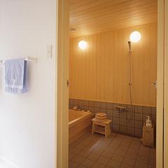 ビバ材を使った純和風の浴室。ナチュラルなぬくもりとほのかな木の香が、心地よいバスタイムのひとときを演出します。